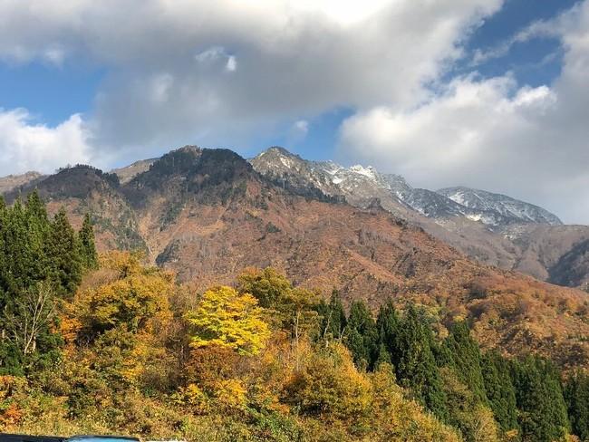 """""""霊峰 八海山""""の初冠雪と紅葉"""