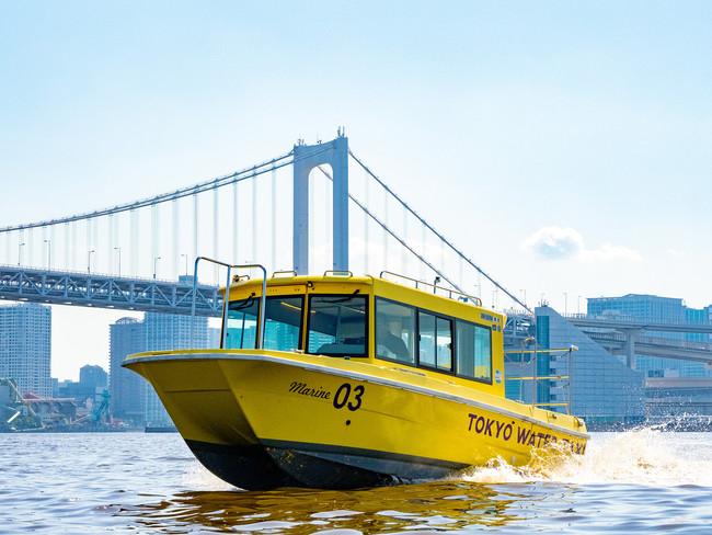 東京ウォータータクシーを貸し切り、東京湾をクルージング。水上から都会の風景を堪能できる。