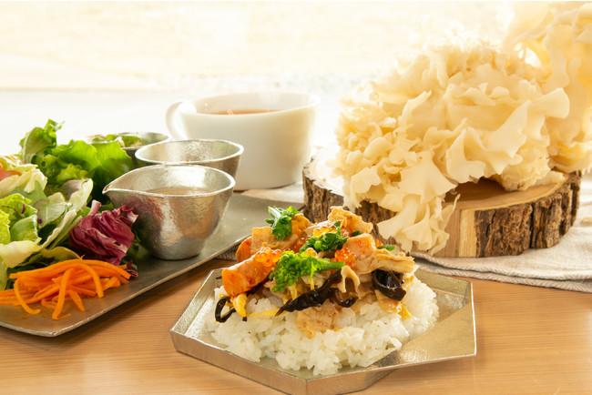五十嵐美幸シェフ考案 はなびら茸を使った中華風ピリ辛ちらし寿司