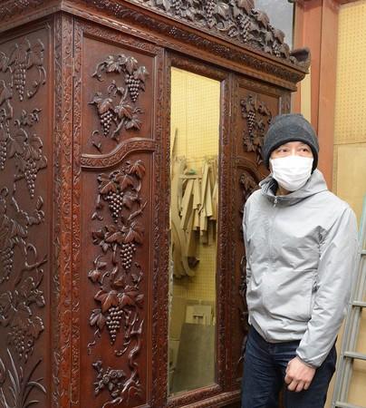 修復前に家具をチェックす る内田さん(蓮華草元町工房にて)